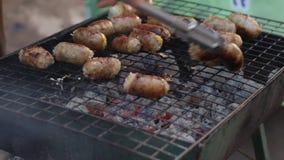 猪肉在泰国北部剁碎烹调在开放煤炭火的香肠在一个街市上 股票录像