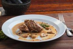 猪肉大奖章用蘑菇酱油 免版税库存照片