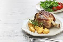 猪肉小腿用烤土豆,意大利烹调 库存照片