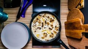 猪肉平底锅用在火炉的蘑菇酱油 免版税图库摄影