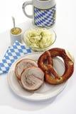 猪肉幼儿滚动,椒盐脆饼、圆白菜沙拉和一个杯子啤酒 库存照片