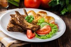 猪肉排骨服务用西莱亚西面条和调味汁 免版税库存图片