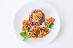 猪肉摇摄咖喱用莓果米和煎蛋卷 库存图片