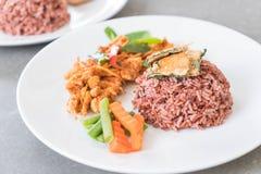 猪肉摇摄咖喱用莓果米和煎蛋卷 库存照片