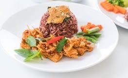 猪肉摇摄咖喱用莓果米和煎蛋卷 免版税库存图片