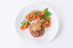 猪肉摇摄咖喱用莓果米和煎蛋卷 图库摄影