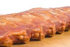 猪肉机架肋骨抽烟了 免版税库存照片