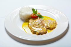 猪肉炸肉排用咖喱汁和米 免版税库存图片