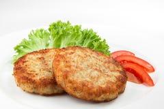 猪肉炸肉排用在白色背景和切片蕃茄隔绝的沙拉 免版税图库摄影