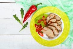 猪肉烘烤了火腿,削减切片用草本,在一块陶瓷板材的胡椒kapi 库存照片