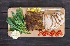 猪肉烘烤了火腿,削减切片用草本,在切板的胡椒kapi 免版税图库摄影
