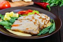 猪肉烘烤了火腿,削减切片用草本,在玉米粉薄烙饼的胡椒kapi在一块陶瓷板材 库存照片