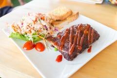 猪肉烤肉肋骨用烤肉汁 免版税库存照片