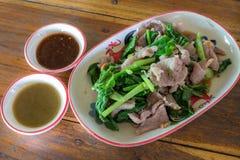 猪肉煮沸和菜与辣来源 r 免版税库存图片