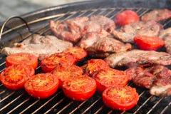 猪肉牛排和蕃茄 免版税库存图片