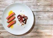猪肉牛排橙色调味汁和甜菜丝 免版税库存照片