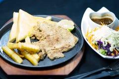 猪肉牛排热的平底锅 免版税库存照片