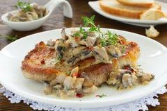 猪肉牛排用蘑菇酱油 库存图片