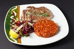 猪肉牛排用豆 墨西哥食物 传统烹调绿色墨西哥调味汁辣的炸玉米饼 库存照片