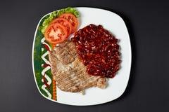 猪肉牛排用豆 墨西哥食物 传统烹调绿色墨西哥调味汁辣的炸玉米饼 免版税库存照片