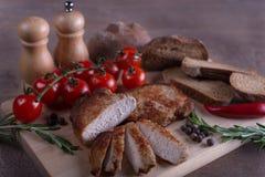 猪肉用在木桌上的蕃茄 免版税图库摄影
