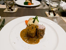 猪肉用盐味的土豆服务用辣椒酱 免版税库存图片