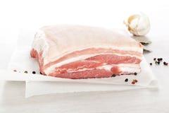猪肉用草本和大蒜。 免版税库存图片