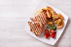 猪肉的牛排和水平油煎的土豆的顶视图 免版税图库摄影