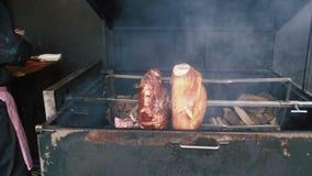 猪肉被烘烤在火盆 股票视频