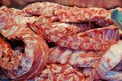 猪肉裂口,关闭,在新鲜市场上待售 库存照片