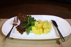 猪肉面颊在Demiglas调味用煮的土豆 免版税库存图片