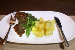 猪肉面颊在Demiglas调味用煮的土豆 图库摄影