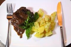 猪肉面颊在Demiglas调味用煮的土豆 免版税库存照片