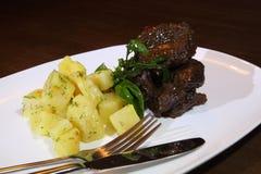 猪肉面颊在Demiglas调味用煮的土豆 库存图片