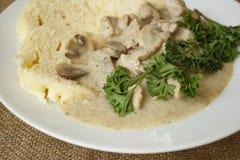 猪肉饺子蘑菇奶油沙司细节 免版税库存图片