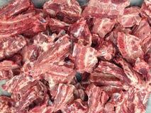 猪肉骨头在市场上待售 免版税库存照片