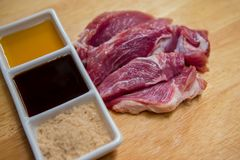猪肉,未加工的食物,里脊肉,骨头,烤肉 库存图片