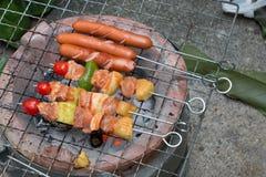 猪肉bbq和香肠格栅 免版税库存图片