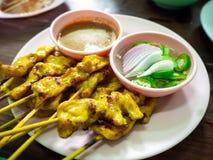 猪肉Satay用花生调味汁,泰国食物 图库摄影