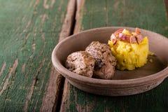 猪里脊肉的两个部分在黏土板材和土豆的 库存图片
