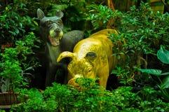猪雕象和狗雕象 库存图片