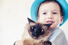 猫一起儿童巴厘语使用 国内的爱 库存照片