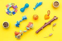 猫和狗玩具和acessories宠物的染黄背景顶视图 免版税库存照片