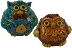 猫和猫头鹰-陶瓷小雕象 在一个空白背景 免版税库存照片