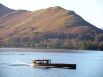 猫响铃美丽的景色从一条小船的在湖边, Cumbria,英国 免版税库存照片