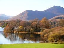 猫响铃美丽的景色从湖边, Cumbria,英国的 图库摄影