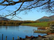 猫响铃美丽的景色从湖边, Cumbria,英国的 库存图片