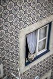 猫在一个窗口里在Alfama区在里斯本 免版税图库摄影