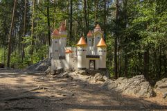 猫城堡浪漫历史的城堡微型与塔儿童操场在捷克共和国的村庄斯拉季尼亚尼附近 库存图片