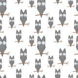 猫头鹰的无缝的样式在一个分支的孩子文具的设计和衣物 动画片鸟 正面本文 免版税库存照片